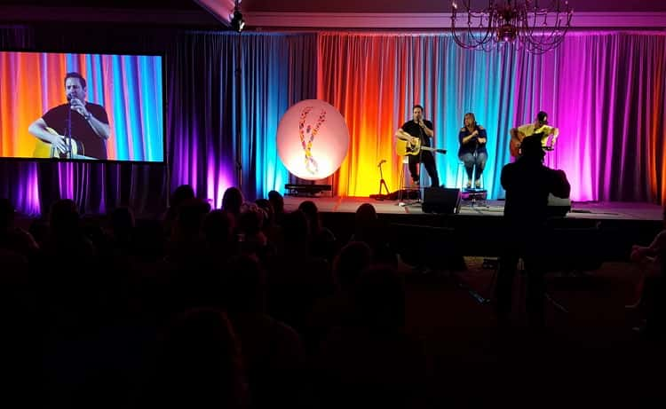5 ft. Circle EZ Extend is featured on stage with country songwriter Dylan Altman.